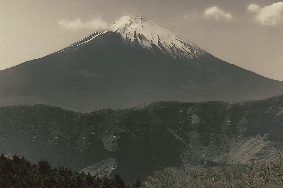 El gran monte silencioso en primavera. El hermano Fujiyama, Fujisan, como muchos lo llaman en Japón. Vista tomada desde el cercano Hakone - Nacho Goberna © 2004