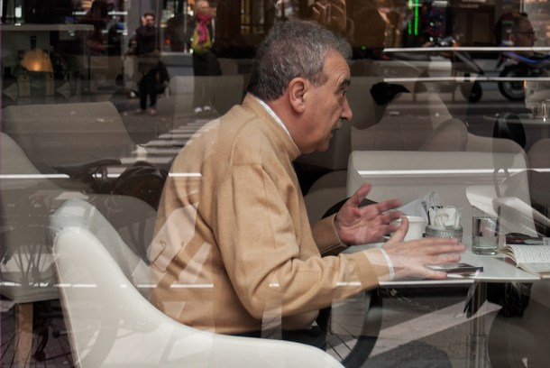 Manuel Longares en la Gran Vía de Madrid. A través del cristal. Nacho Goberna © 2013