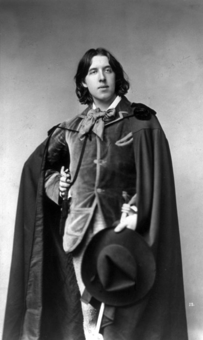 Oscar_Wilde_with_cape_and_hat_by_Sarony_cph.3b16950