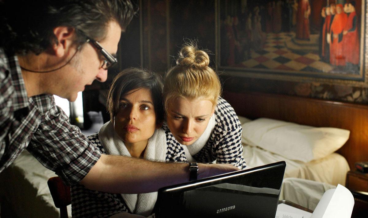 """Julio Medem, con Elena Naya y Natasha Yarovenko, dirigiendo una escena de """"Habitación en Roma"""" (2010). Fotografía © Diego López Calvín"""