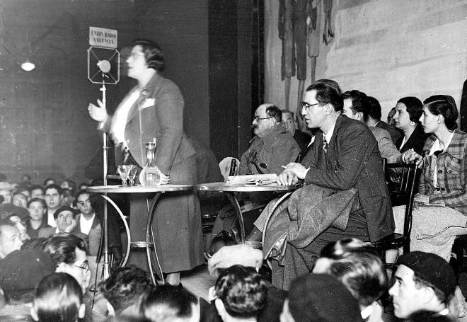 Federica Montseny, con Mauro Bajatierra y Claro José Sendón, en un momento de la conferencia La Commune de París y la Revolución espa