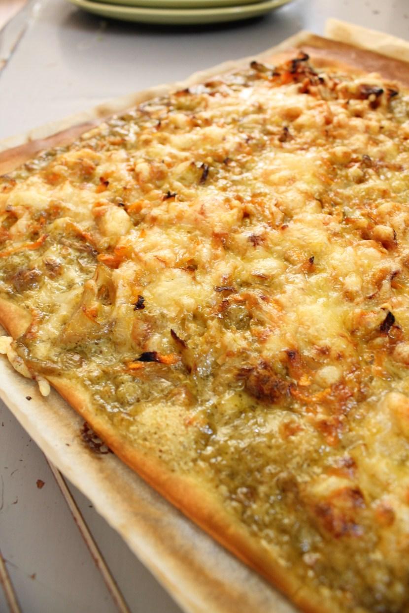 Pizza aux échalotes et carottes fondues,  crème de riz au pesto