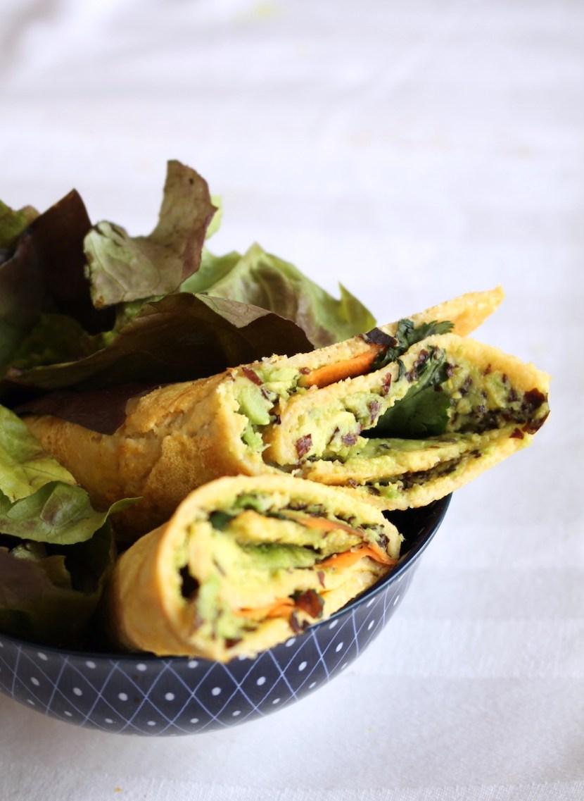omelette de pois chiches roulés et farcie au guacamole et aux algues