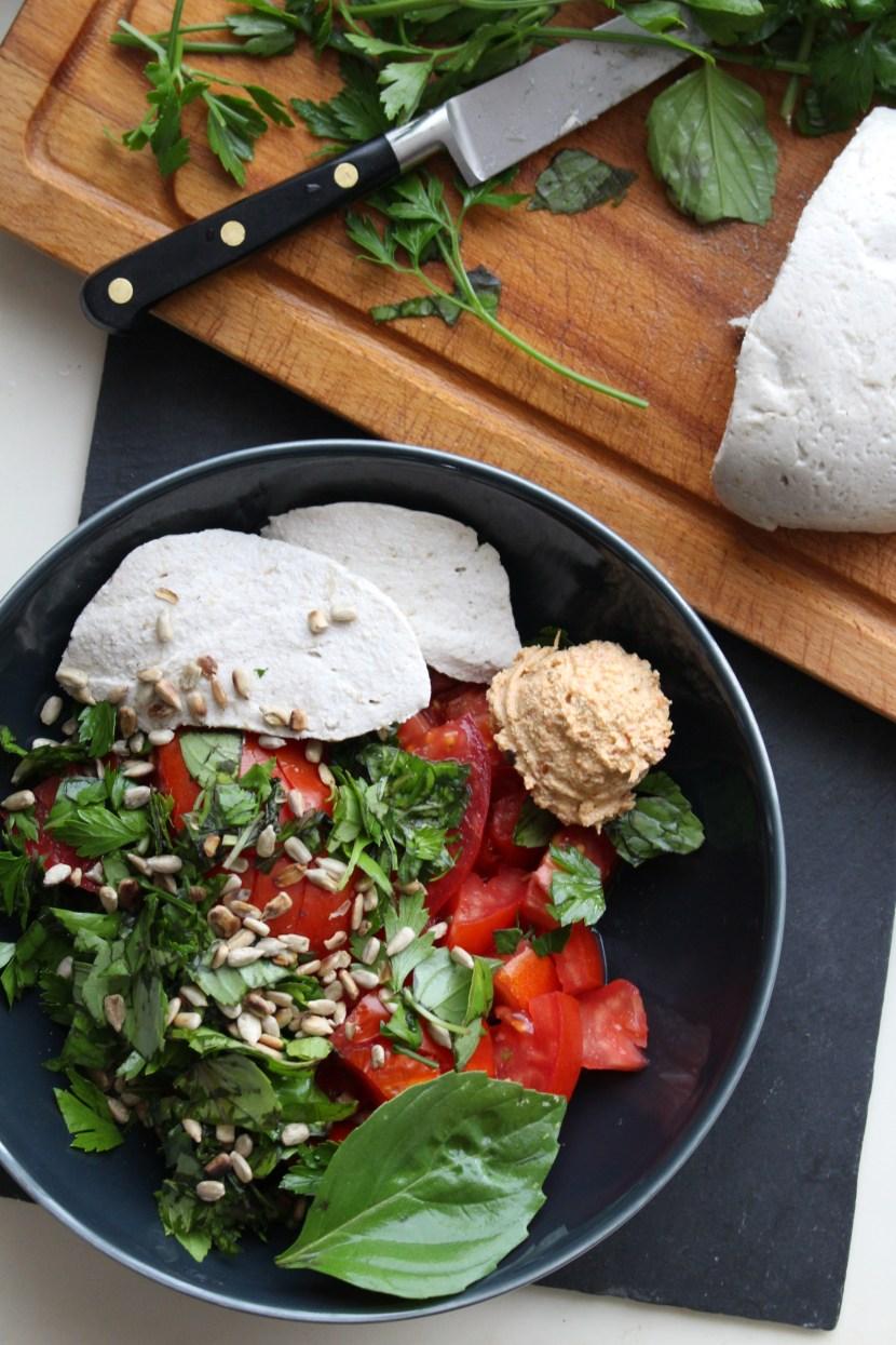 Plat du soir low carb : salade de tomates, beaucoup de persil et de de basilic, boule de crème de tomates séchées au tofu (mixer du tofu nature avec des tomates confites) mozzarella crue de tournesol et graines de tournesol grillées à sec. + un verre de jus de légumes. (Pour les enfants : tartines au four de pain au levain, garnies de crème de tomate + jus de légumes)