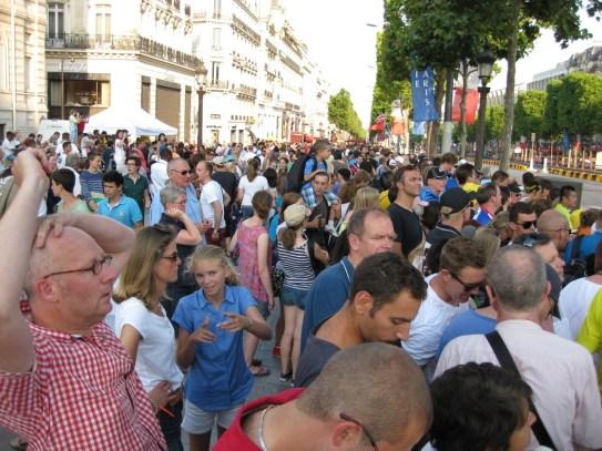 Trop de monde (on the Champs Elysées near the Arc).