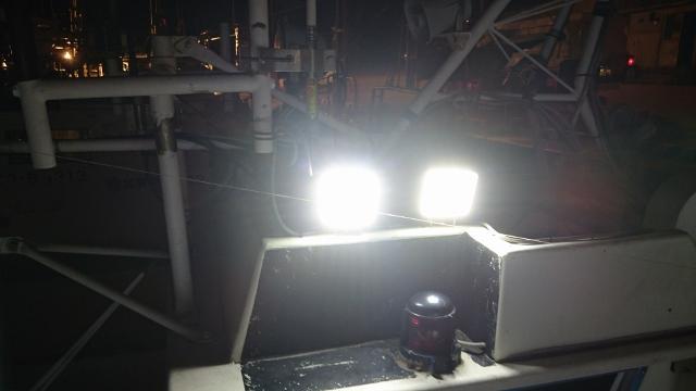 48w作業灯を船に取り付けて作業灯を実際に点灯させた際の写真です