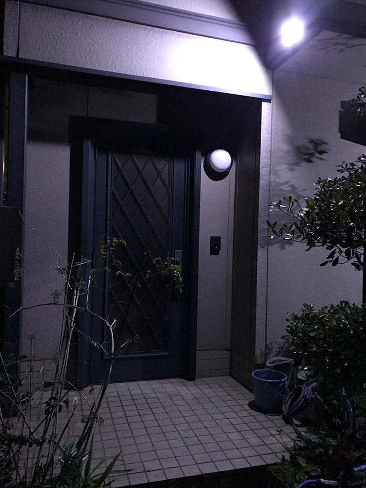 センサー照明・夜間玄関写真(ライト点灯時)