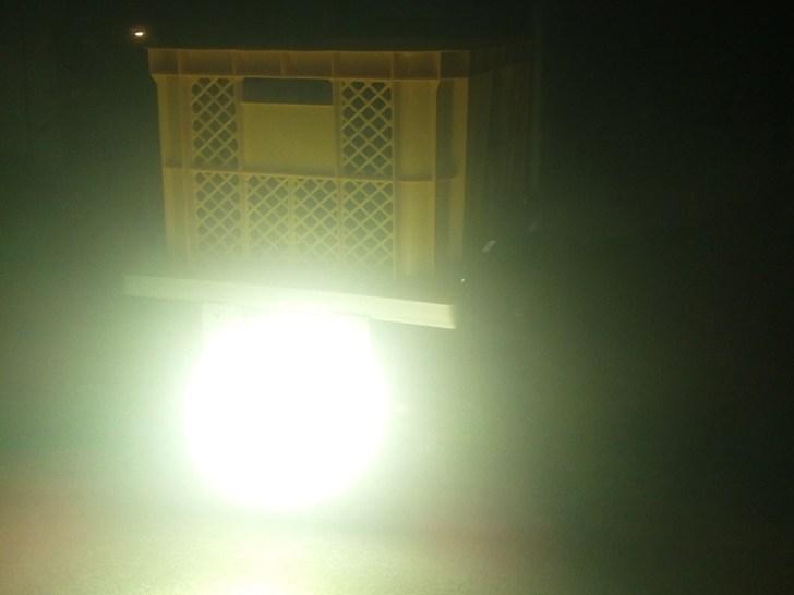 マキタバッテリーを使用して48W作業灯を点灯した様子
