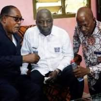 le ministre Albert Flindé chez robert Guéi, il salue l'Homme