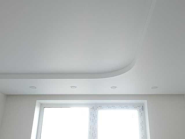 Белый натяжной потолок два уровня полукругом