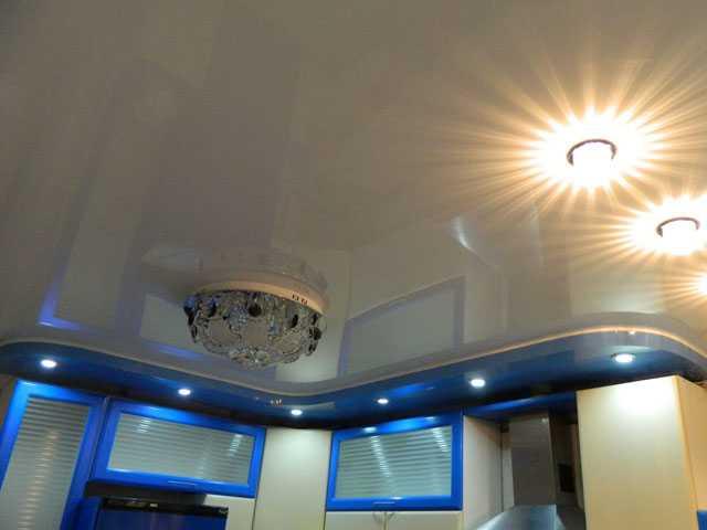 Двухуровневый натяжной потолок на кухню (белый, синий)