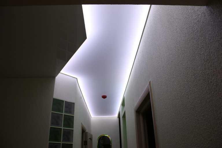 Контурные линии и подсветка натяжного потолка