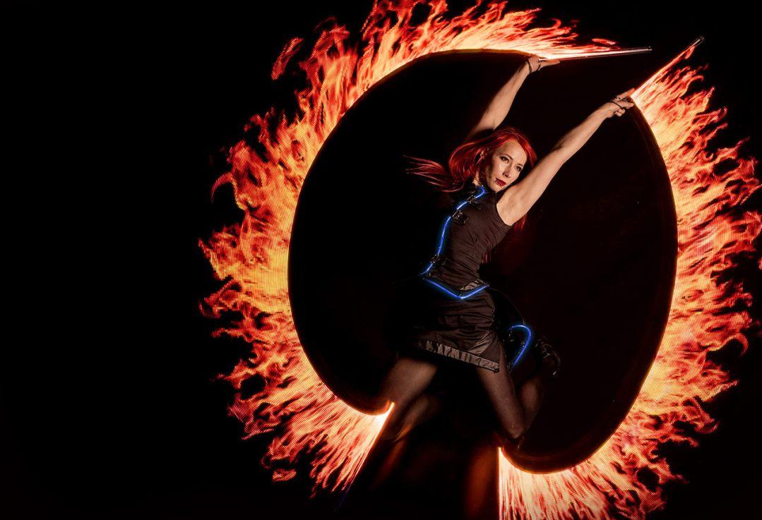 tancerka w stroju ledshow podczas tańca z rekwizytami wyświetlającymi dowolne zdjęcia