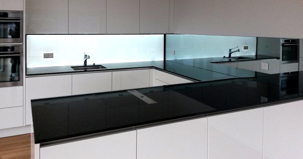 Hinterleuchtete Kchenwand aus Glas homogen beleuchtet