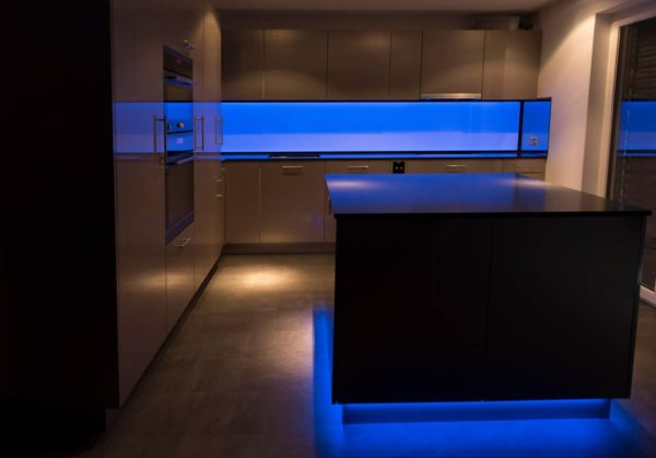 Kchenrckwand homogen hinterleuchtetes Glas mit LED Beleuchtung
