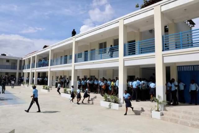 Jovenel Moïse inaugure le Lycée National Roseline Valval de Vialet à Petit-Goâve