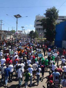 """Delmas : La marche contre la """"dictature"""" dispersée à coups de gaz lacrymogène, deux personnes blessées"""
