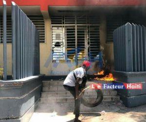 Haïti : Des institutions étatiques attaquées à Port-au-Prince lors d'une nouvelle manifestation de rues