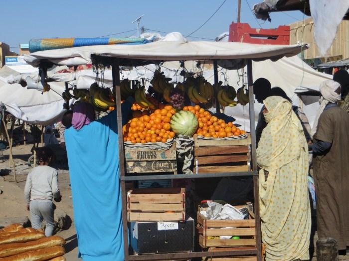 Étalage de légumes lors d'un marché à Atar, ville mauritanienne au milieu du désert. Le 26 décembre 2019. Crédit : Lison Bourgeois. Retouche : Marie Solvignon.