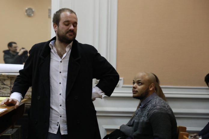 Vincent Flibustier, en toute décontraction, comme à son habitude, lors du procès l'opposant à Sudpresse, le 6 décembre dernier. Photo : Charlotte Walrave