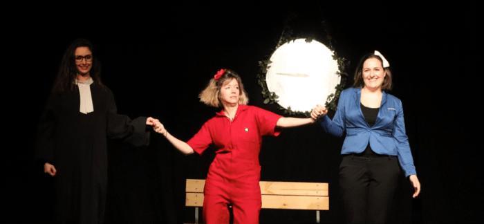 Raphaëlle Lenoble, Mélodie Fontaine et Camille Giry saluant la foule à la fin de la représentation, le vendredi 24 janvier 2020. Photo : Matteo Valette