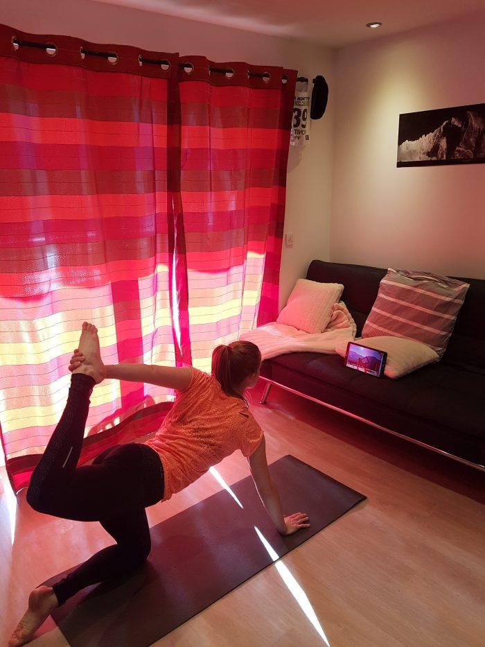 Distanciation sociale oblige, les cours de yoga ont maintenant lieu dans le salon. Photo : Lucie Piccard.