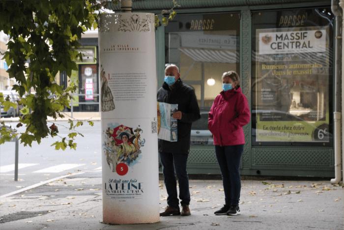Claire et Hervé, touristes venant de Royan (Charente-Maritime) découvrent Vichy, ville d'eau candidate au patrimoine mondial de l'Unesco.