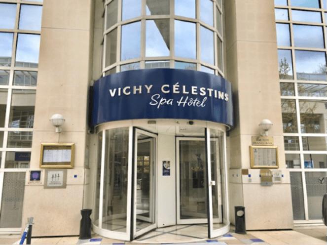 Annuellement, nombreux sont les étrangers qui séjournent à Vichy pour effectuer une cure thermale. Photo : Les critiques de Marine.
