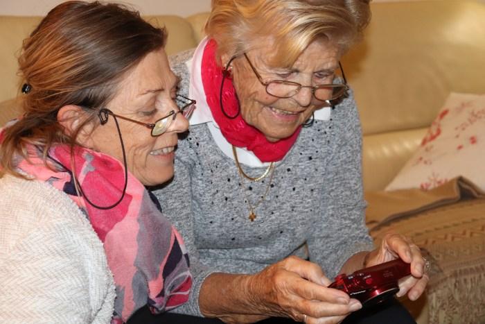 Corinne et Anne, tout sourire, en revoyant les photos prises pendant la journée. Photo : Maxime Marin