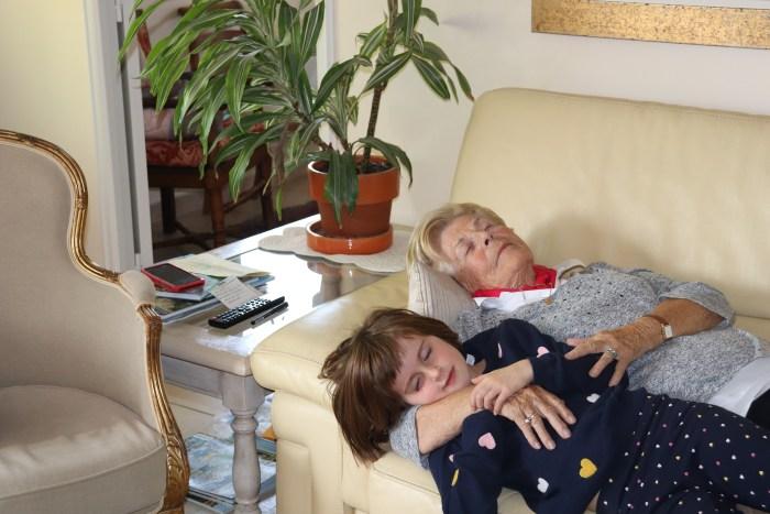 C'est l'heure de la sieste entre la grand-mère et sa petite fille. Photo : Maxime Marin
