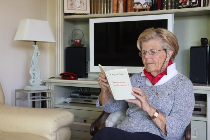 Comme chaque après-midi, Anne Le Révérend consacre un temps à la lecture. Photo : Maxime Marin