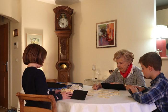 En fin de journée, Anne aime jouer au Rummikub avec ses petits enfants, en ligne avec sa tablette ou directement avec le jeu. Photo : Maxime Marin