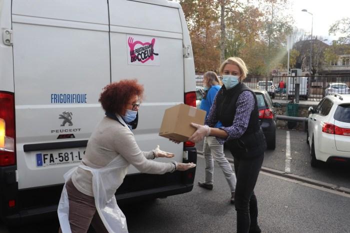 Près d'une centaine de bénévoles sont impliqués au centre des Restos du Cœur de Vichy. Photo : Clémence Gabory.