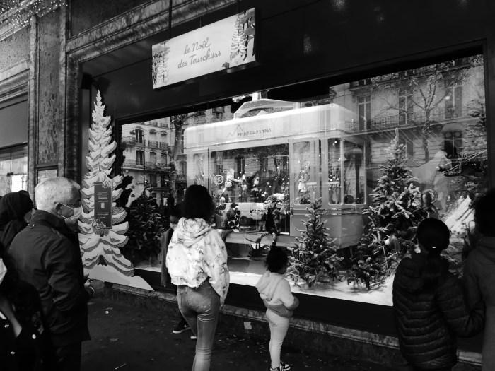 Les vitrines du grand magasin Le Printemps sont décorées comme chaque année à l'occasion de Noël. Les automates réussissent à intriguer les plus curieux mais restent bien moins observés que les années précédentes en ce 22 décembre. Photo : Antoine Allart