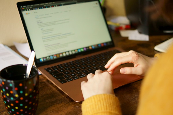 Une étudiante travaille seule depuis son ordinateur comme tous les jours depuis le début du reconfinement. - Photo : Louis Colmagne