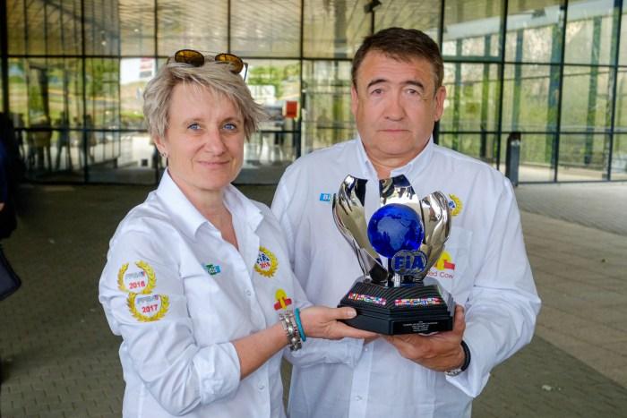 Didier Malga accompagné de sa copilote Anne-Valérie Bonnel portant fièrement le trophée de champion du monde des rallyes ENRS (Energies Nouvelles Régularité Sportive). Crédit Photo : SIGMA Clermont