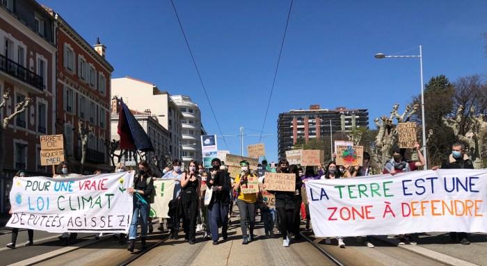 """À Clermont-Ferrand, près de 1 000 personnes ont participé à la """"Marche pour le climat"""" Photo : Martin Patry"""