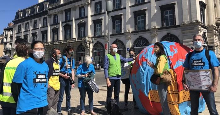 Membres de l'association Greenpeace, présents à la manifestation de Clermont-Ferrand le 28 mars. Photo : Mathilde Calloc'h