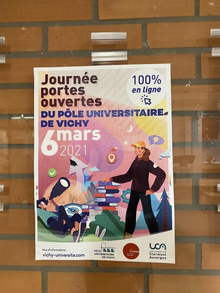 Une affiche pour présenter la journée portes ouvertes au Pôle Lardy Universitaire.  Crédit photo : Oman Al Yahyai