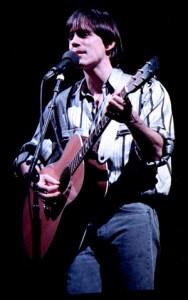 Jackson Brownes samfunnsengasjement kommer klart fram i hans tekster. Her fra en konsert i Drammenshallen 1986. (Foto: Helge Øverås, Wikimedia Commons)