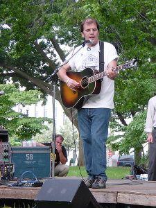 Steve Earle synger mot Bush- og Irak-krigen i Wahsongton D.C. i 2003. (Foto: Wikipedia Commons)