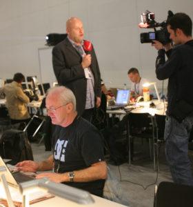 Her skriver Kurt Bakkemoen for VG, mens Jostein filmes av VG. Begge er veteraner i MGP-sammenheng. (Foto: Birgit Dannenberg)