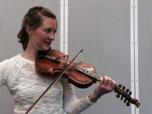 Spellemann-nominerte Laura Ellestad forsker på hva som skjedde med norsk felemusikk da den kom til  USA. (Foto: Leif Gjerstad