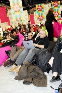 Scanpix-Fotograd Knut Falch (midt i bildet) måtte følge semifinalen med Guri Schanke fra en saccosekk, i selskap med Aftenpostens Arve Henriksen (t.h). (Foto: Birgit Dannenberg)