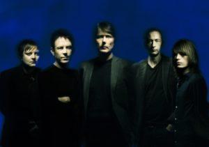 Suede (med Brett Anderson i midten) slipper nytt album denne uka og spiller i Oslo om snaue to uker. (Foto: Warner Music)