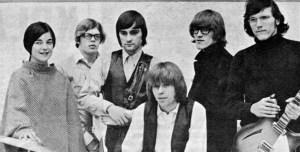 Jefferson Airplane i 1966. Signe Anderson (lengst til venstre) og Paul Kantner (nr. to fra høyre) døde begge 28. januar i år. (Foto: Wikipedia)