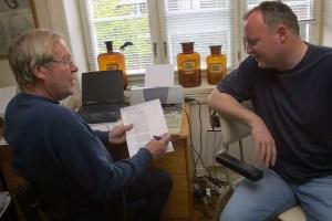 Doktor Arnesen forklarer journalist Hansen hvorfor han hører litt dårlig. (Foto: Birgit Dannenberg)