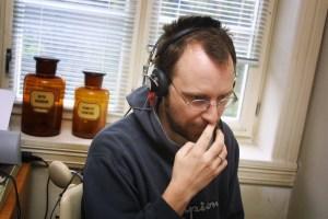 Bernt Erik Pedersen lytter intenst etter lyder. (Foto: Birgit Dannenberg)