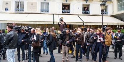 ©Christophe Petit Tesson/MAXPPP - 07/11/2012 ; PARIS ; FRANCE - Les journalistes attendent devant le restaurant Le Drouant rue Gaillon a Paris ou est decerne le prix Goncourt.. Journalistas are waiting the Goncourt 2012 winner in front of the restaurant Le Drouant in Paris on November 07, 2012. (MaxPPP TagID: maxpeopleworld468938.jpg) [Photo via MaxPPP]