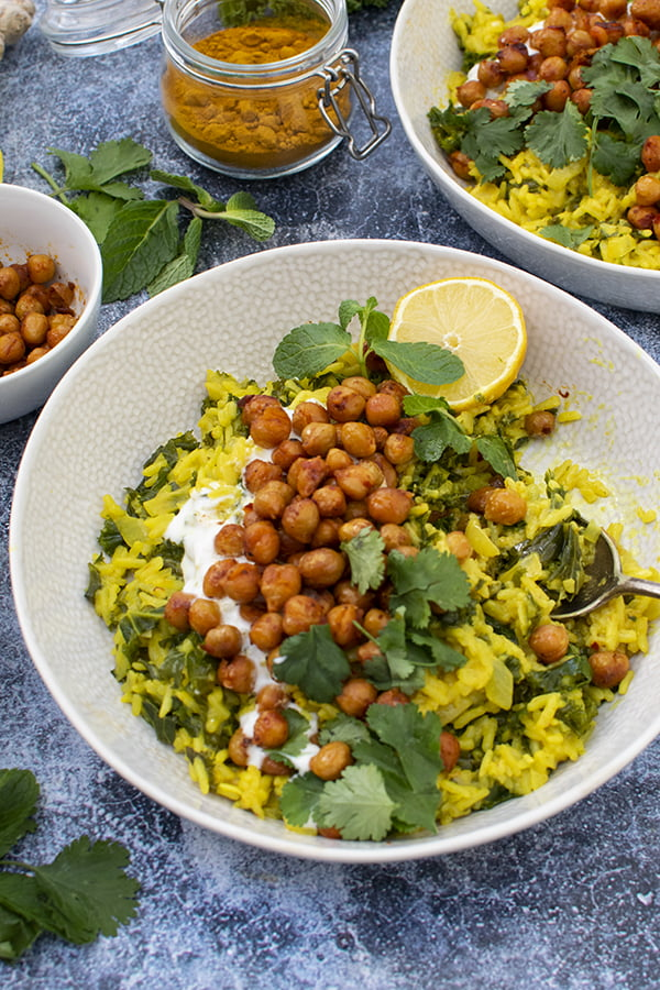 Riz au curcuma avec pois chiches, chou kale et harissa [vegan]